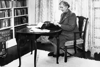 Agatha Christie en 1946 sur sa machine à écrire