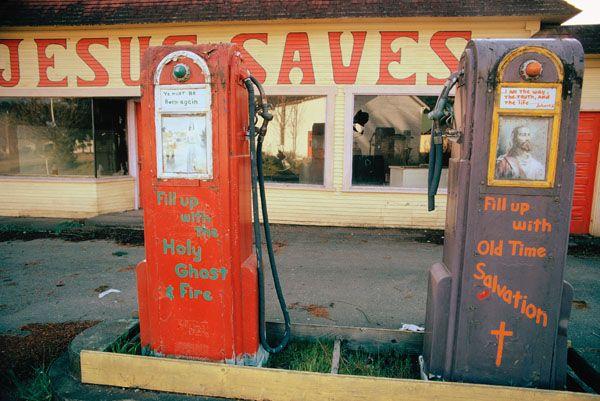 """Avril 1974 : station essence reconvertie en centre prosélyte du """"réveil religieux"""", à Potlatch (État de Washington)."""