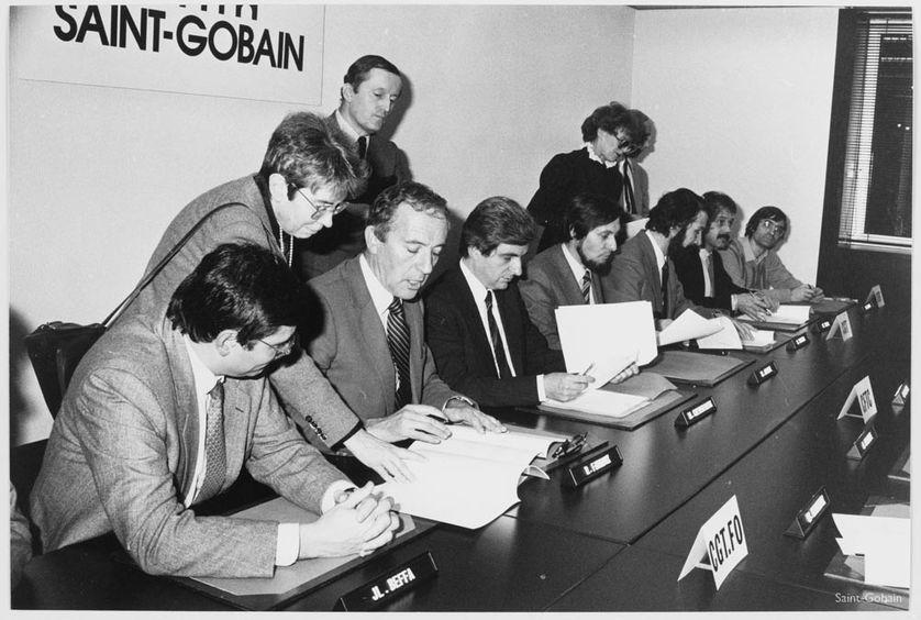 En 1983, fin de négociation entre partenaires sociaux, avec Roger Fauroux, les représentants syndicaux et Jean-Pierre Chevènement, ministre de l'Industrie, au siège de la Compagnie aux Miroirs.