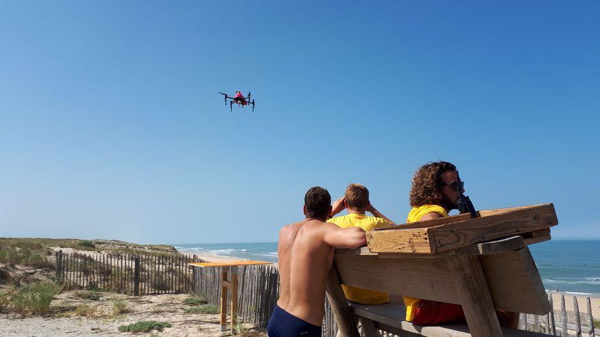 Le drône est envoyé au dessus de l'eau dès qu'un nageur en difficulté est repéré