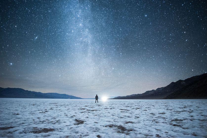 Homme face à l'infini de l'horizon et face à l'infini du ciel.