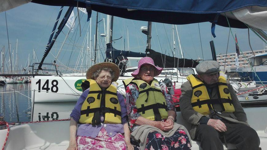 Chapeau, gilet de sauvetage, crème solaire, Germaine, Edmonde et Roger prêts pour la croisière