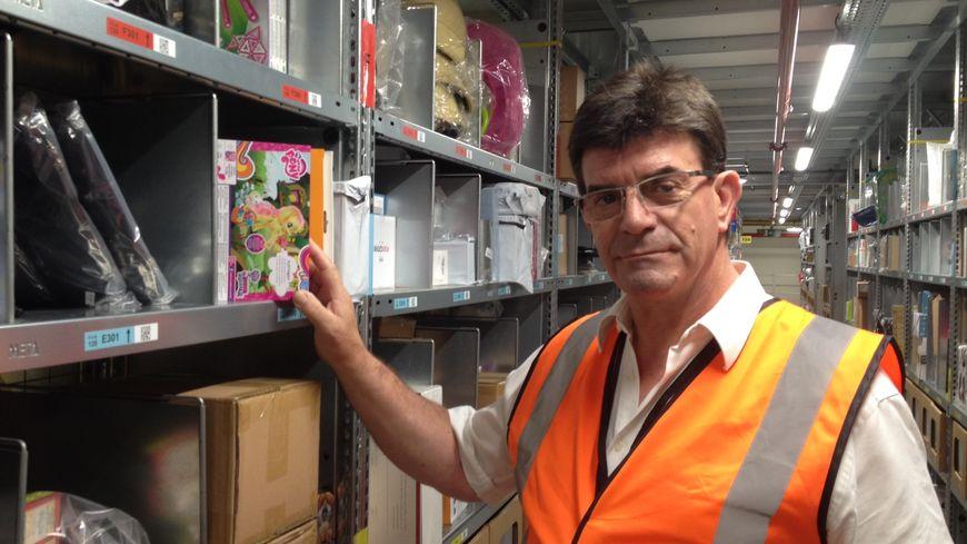 Maurice Pierron, futur chargé du contrôle de l'inventaire et de la qualité, est formé à tout les postes d'Amazon sur le site de Lauwin-Planque (Nord).