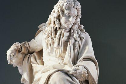 Détail de la statue en marbre du Louvres de Jean de la Fontaine par Pierre Julien
