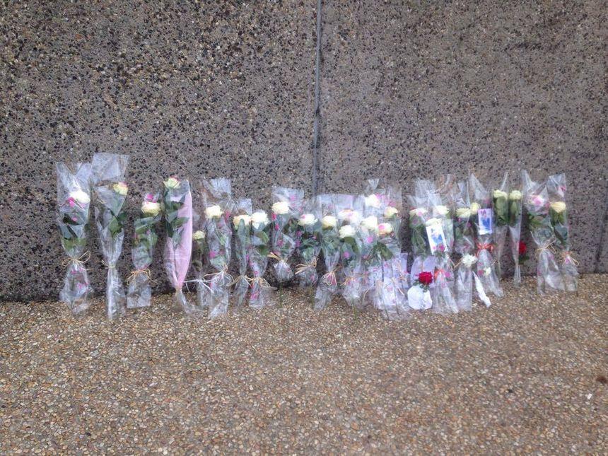 Des fleurs ont été déposées sur le sol à la fin du parcours
