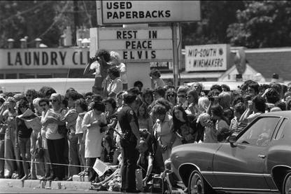 Le 16 août 1977, Elvis Presley meurt. Ses funérailles ont lieu le 18, à Memphis. De nombreux fans font le déplacement pour lu rendre hommage.