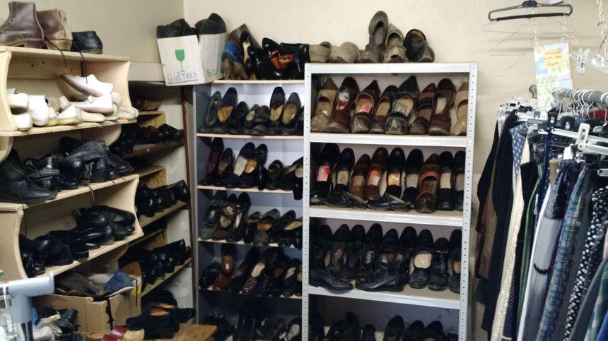 L'équipe n'a encore jamais compté le nombre exact de chaussures en stock.