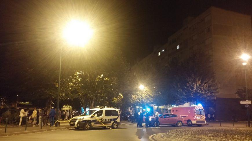 """Le quartier St Jean a été bouclé pendant près de deux heures autour de l'arrêt de bus """"Bernard Louvet"""" ce lundi soir."""