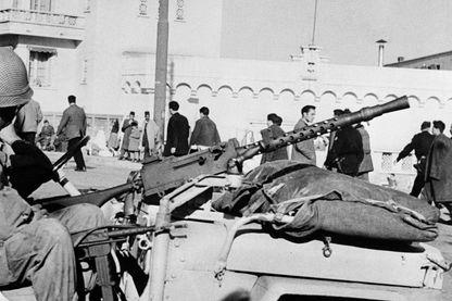 Automitrailleuse positionnée à l'entrée de la casbah d'Alger, le 10 janvier 1957, durant la guerre d'Algérie, au cours de la bataille d'Alger.