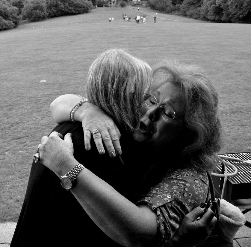 Deux amies s'entrelacent avec compassion.