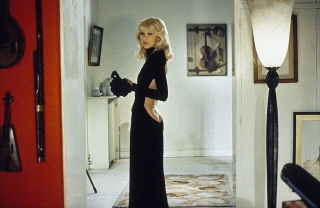 """Mireille Darc et sa robe échancrée dans """"Le grand blond avec un chaussure noire"""""""