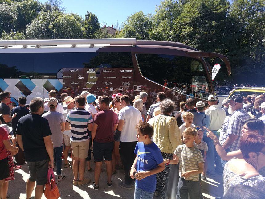 La foule pour attendre Romain Bardet, le coureur français de l'équipe AG2R