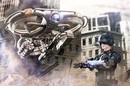 Un drone de combat dirigé par un pilote en armure complète et casque équipé VR (réalité virtuelle) sur un champ de bataille d'une ville en ruine. (image d'illustration)