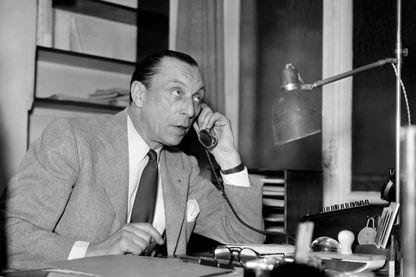 Photo prise le 26 juin 1948, de l'homme de théâtre Louis Jouvet, acteur et metteur en scène, dans son bureau du Théâtre de l'Athénée dont il a été le directeur de 1934 à 1951.