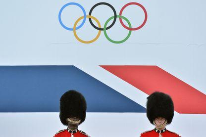 Cavaliers britanniques devant un défilé d'athlètes olympiques et paralympiques britanniques à Londres le 10 septembre 2012.