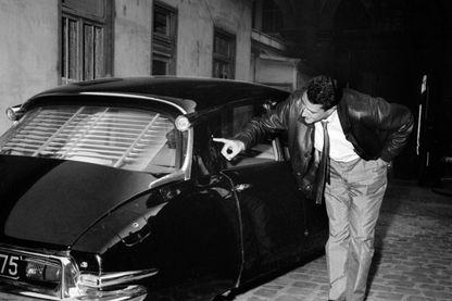 Attentat du Petit-Clamart contre le Général de Gaulle. Le 22 août 1962, un journaliste montre le point d'impact de la balle dont Madame de Gaulle faillit être victime.