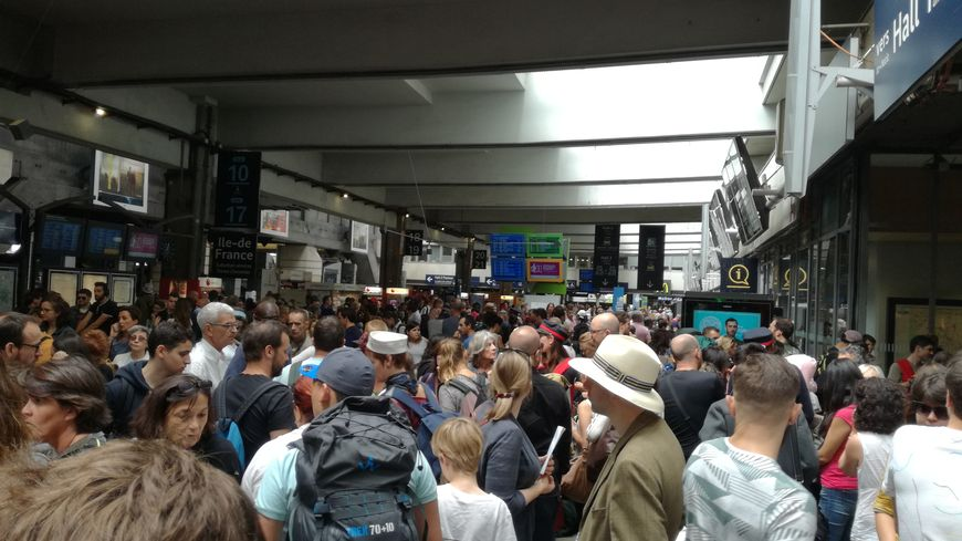Gare Montparnasse dimanche... La panne qui affecte les trains vers l'Ouest va durer jusqu'au mardi.