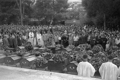 Des personnes se recueillent le 24 août 1955 devant les cercueils alignés des victimes de Philippeville , où plusieurs centaines d'Algériens indépendantistes ont déclenché le 20 août l'insurrection