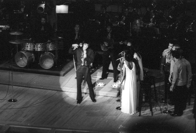 Elvis Presley sur scène, entouré de ses choristes, les Sweet Inspirations (1793)