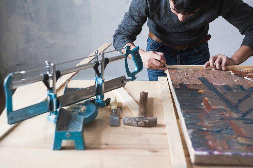 Homme concentré sur son oeuvre.