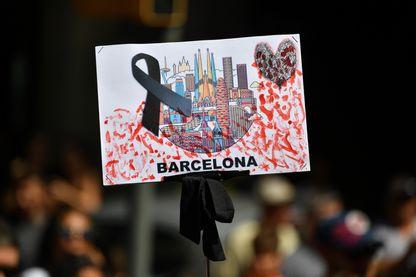 Les habitants de Barcelone et les touristes ont rendu hommage aux victimes de l'attentat