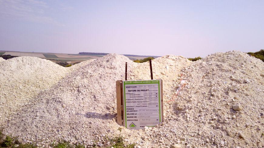 Le permis de construire planté dans un tas de craie, sur les hauteurs de Hailles
