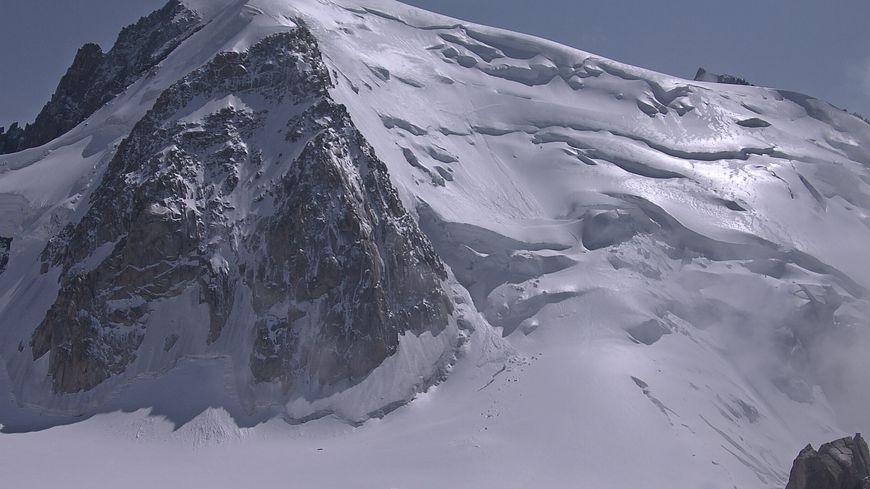 On voit bien ici le phénomène de neige vitrifiée, brillante, au Mont-Blanc du Tacul