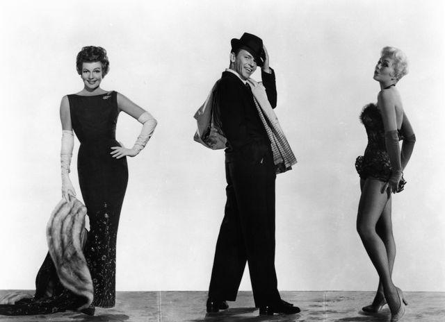 """L'acteur Frank Sinatra encadré par deux des plus belles femmes de l'âge d'or d'Hollywood : Rita Hayworth et Kim Novak. Les acteurs étaient réunis dans """"Pal Joey"""" de George Sidney (1957)"""