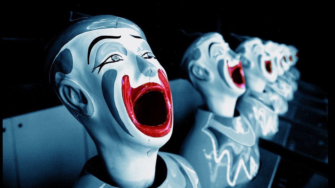 Clowns rieurs dans un spectacle forain.