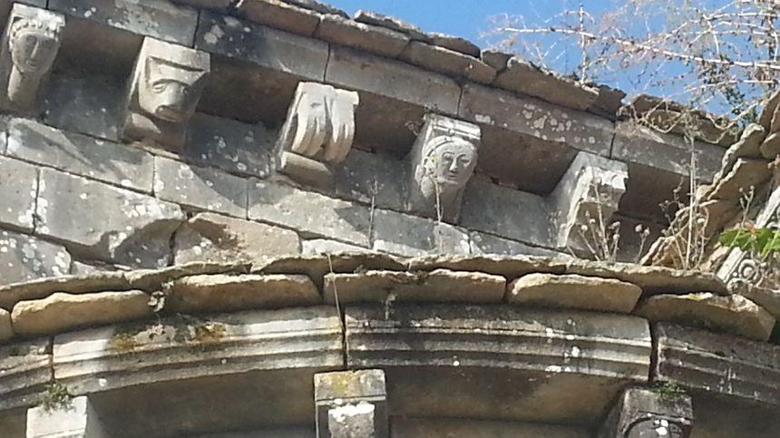 Quelques uns des modillons qui décorent le prieuré d'Allichamps, sous la corniche du toit.