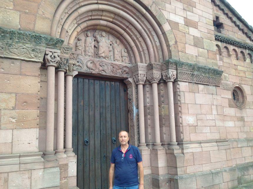Michel Fritsch, président de la société d'histoire de Sigolsheim devant l'Eglise romane Saint-Pierre-et-Paul de Sigolsheim