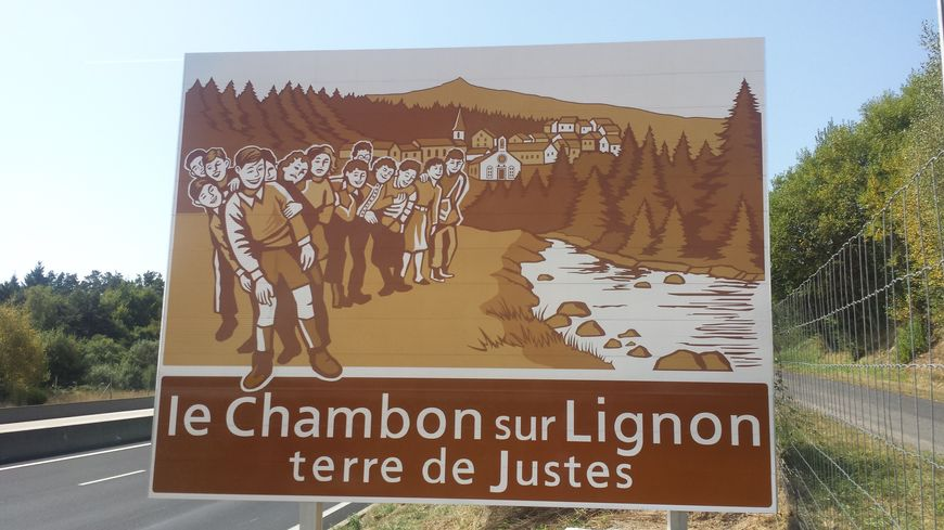 Le panneau situé au bord de la N88, à l'entrée de la Haute-Loire commence à créer la polémique.
