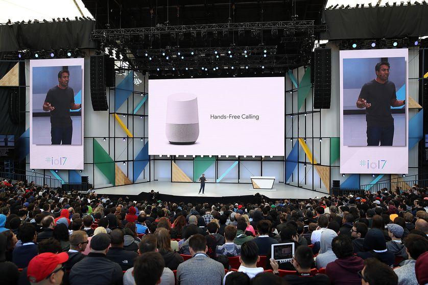 """Rishi Chandra, responsable des produits """"Home"""" de Google, présente lors d'une conférence l'assistant domestique développé par la firme américaine"""