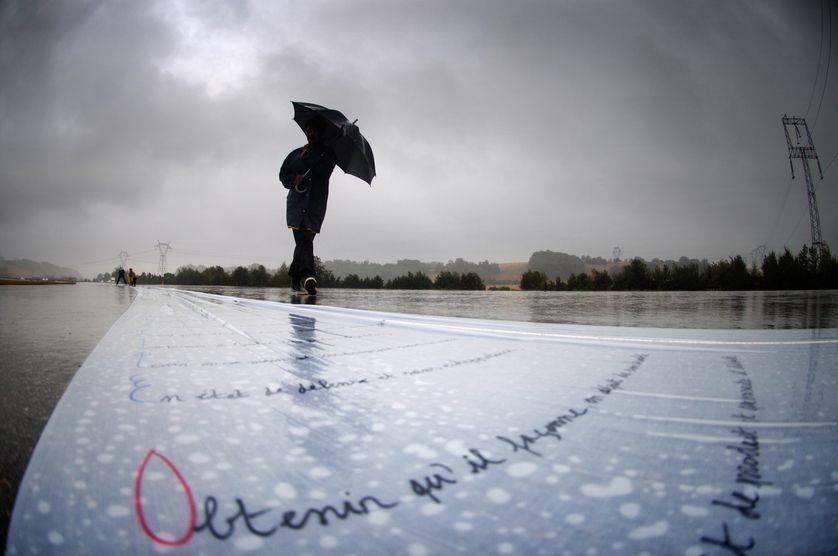 Une femme marche le 04 août 2006 à côté du plus long poème du monde.