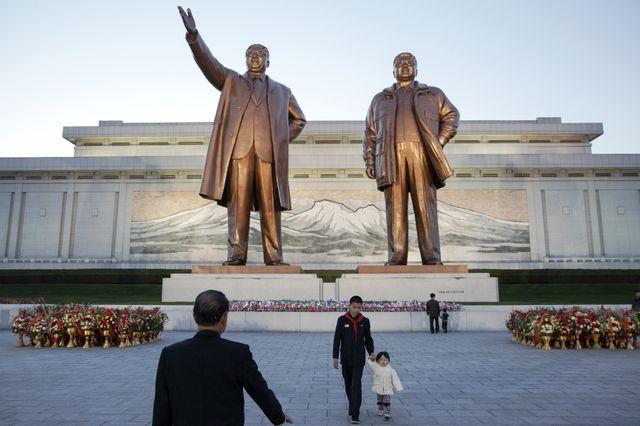 A Pyongyang, les statues de Kim Il Sung et de Kim Jong Il
