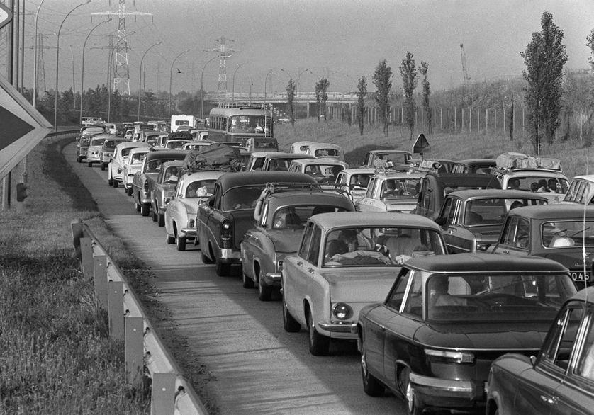 le 1er juillet 1967 sur l'autoroute à la sortie de Paris