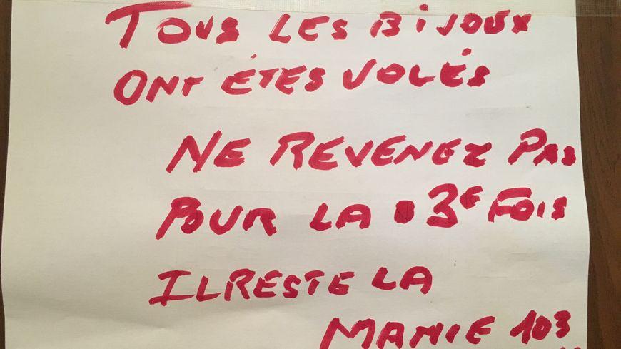 Le message à la fois de dépit et provoquant qu'Henriette a laissé sur la porte de sa maman à Marseille : une centenaire cambriolée 2 fois en 2 semaines, et sous ses yeux, en plein jour