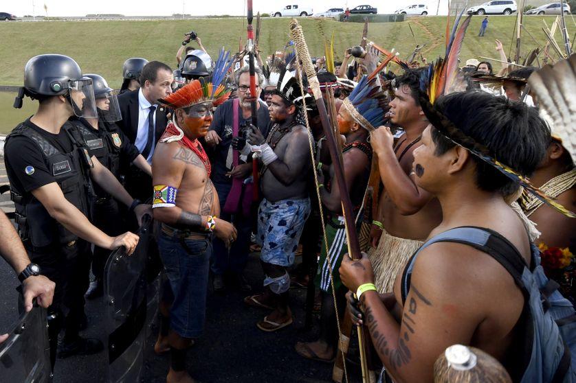 Des Indiens brésiliens face à la police, lors de leur marche annuelle en faveur de leurs droit, à Brasilia, le 25 avril 2017.