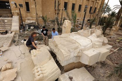 L'immense lion a été récupéré en ruine par des archéologues.