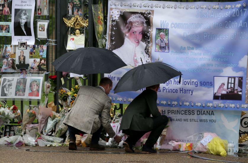 Les princes Harry et William déposant des fleurs devant l'une des entrées du Kensington Palace à Londres en hommage à leur mère, la princesse Diana, décédée il y a 20 ans. Photo prise le 30 août 2017.