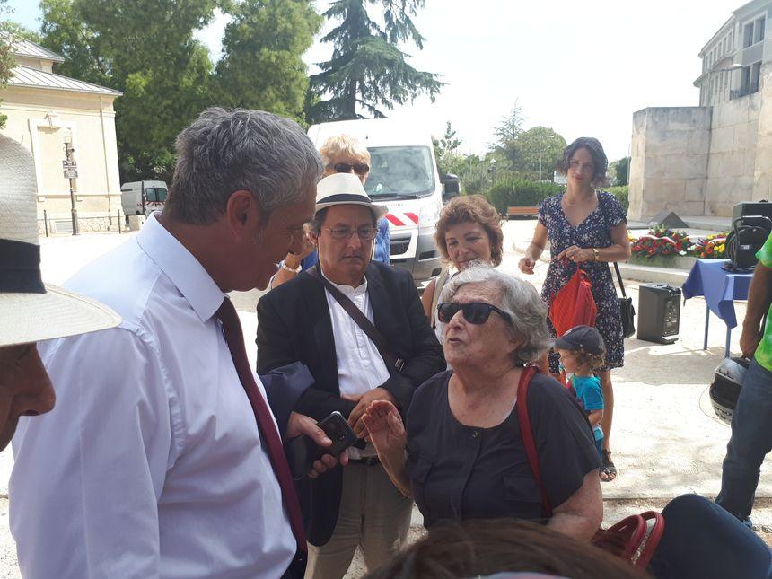 Le maire de Montpellier Philippe Saurel discute avec Conception Puig