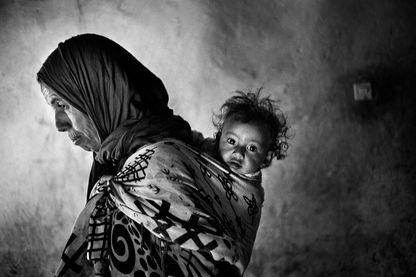 Touda avec sa petite fille. Elle est venue rendre visite à sa sœur pour quelques jours. Tinfgam, dans le Haut Atlas, 2016