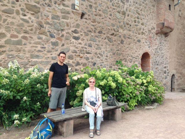 Au pied du château de Kaysersberg avec Mathieu Moellinger de l'office de tourisme de Kaysersberg et Annette Braun, mémoire de la ville, passionnée et passionnante