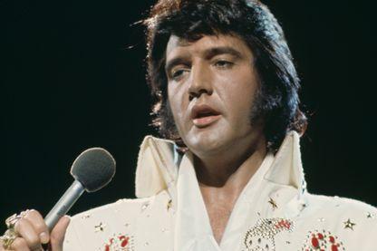 Elvis Presley (1935 - 1977) lors d'un show télévisé à Honolulu en 1973