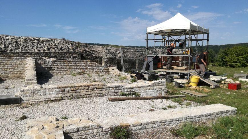 En surplomb du théâtre gallo-romain, le puits, équipé pour le relevé 3D.