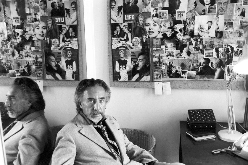 """Roman Gary à son bureau lors d'un entretien radiophonique dans """"Les Après-midi de France Culture"""", le 9 novembre 1973"""