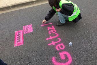 Des manifestants face à Pierre Gattaz