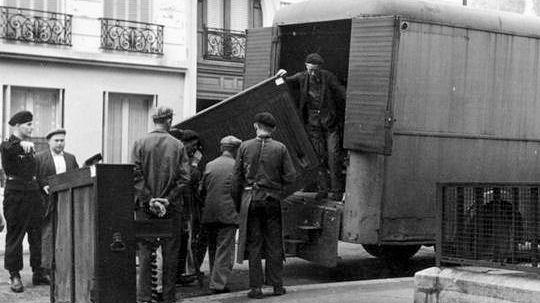 Des prisonniers du camp de Drancy en train de charger des pianos spoliés à des familles de déportés