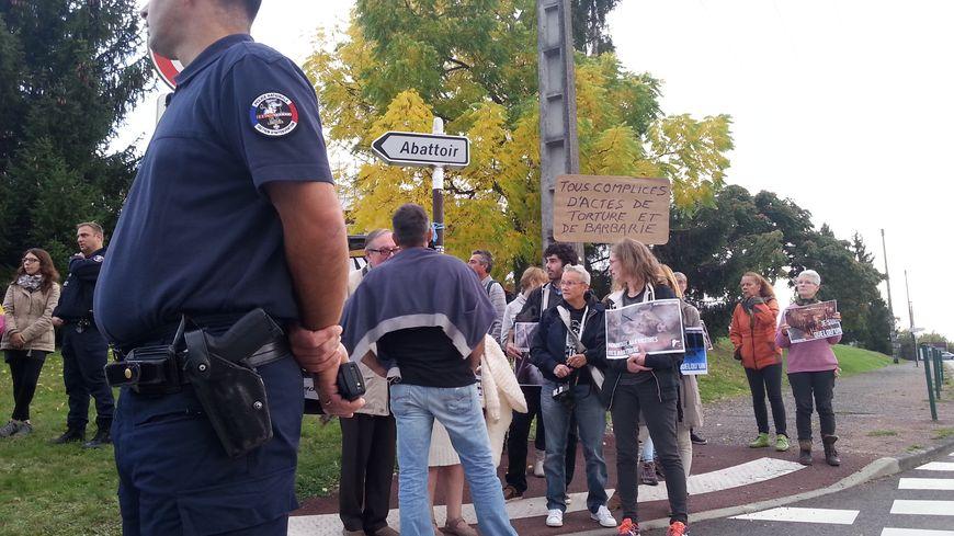 Les militants anti-viande rassemblés devant l'abattoir de Limoges