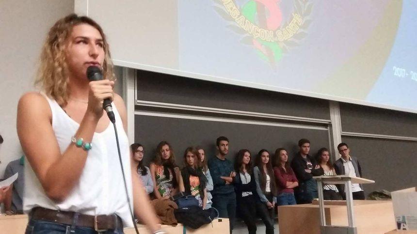 Cassandre Legrand-Narboux, responsable du Tutorat Santé de Besançon présente le dispositif aux 600 étudiants de première année présents à la Tuto'rentrée.